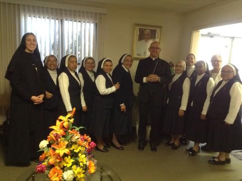 El grupo de Hermanas con Obispo Wall